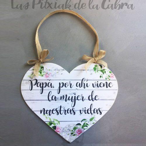 Cartel de aquí viene la novia forma de corazón