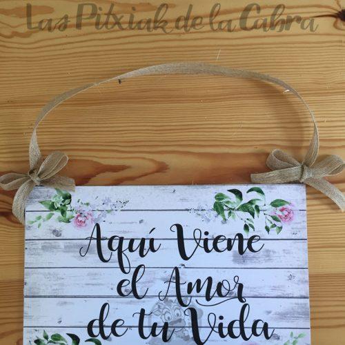 Cartel para bodas aquí viene el amor de tu vida clásico