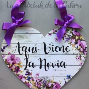 Cartel para la llegada de la novia con forma de corazón morado