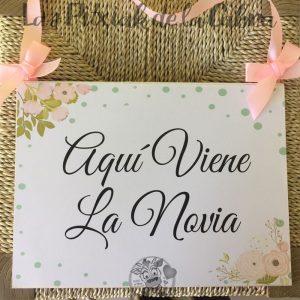 Cartel de aquí viene la novia para bodas con flores y topos