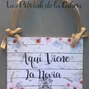 Cartel de aquí viene la novia para bodas flores redondas