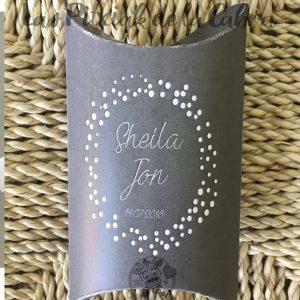 Caja gris para los kits de supervivencia para bodas