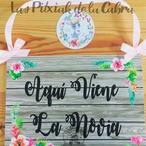 Cartel aquí viene la novia con flores tropicales