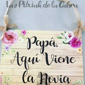 Cartel de bodas papá aquí viene la novia en madera