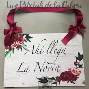 Cartel llega la novia con flores burdeos