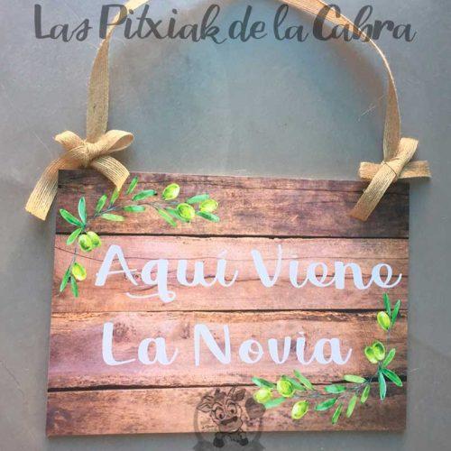 Cartel aquí viene la novia con ramas de olivo para bodas