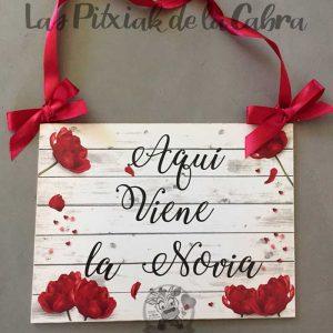 Cartel aquí viene la novia con flores y lazo