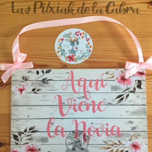 Cartel aquí viene la novia con flores de almendro