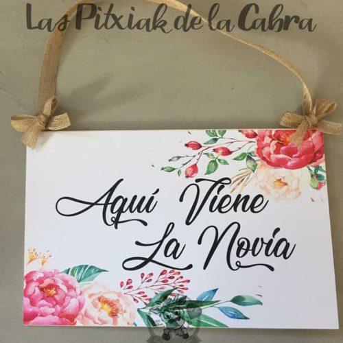 Cartel aquí viene la novia para bodas bonitas flores y yute