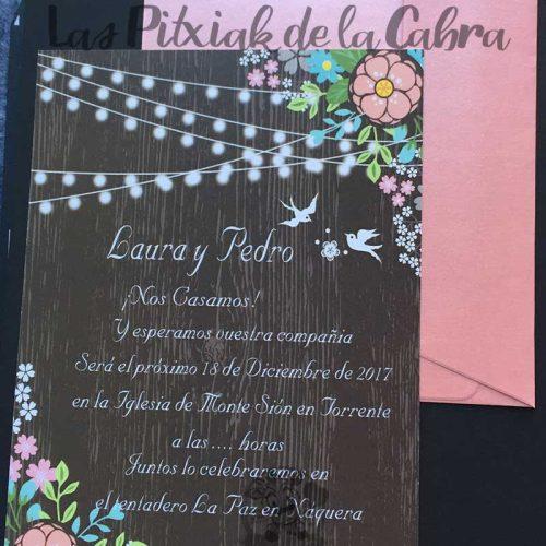 Invitación de bodas con diseño de madera y flores
