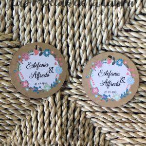 Etiquetas para detalles de boda con corona de flores de colores