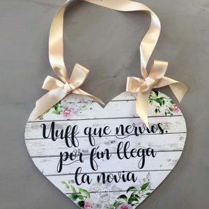 Cartel aquí viene la novia que nervios con forma de corazón