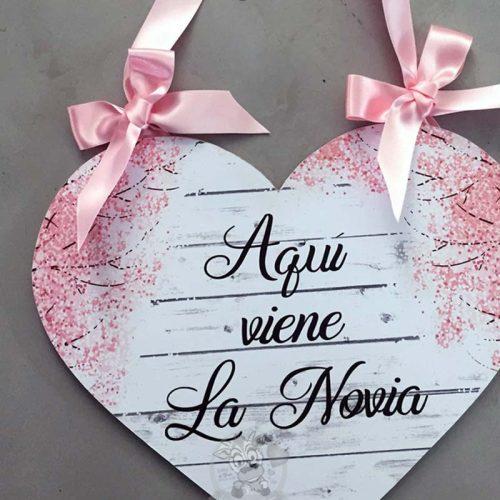Cartel aquí viene la novia con forma de corazón y flores de almendro