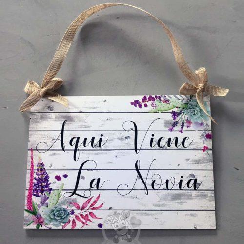 Cartel aquí viene la novia con flores silvestres