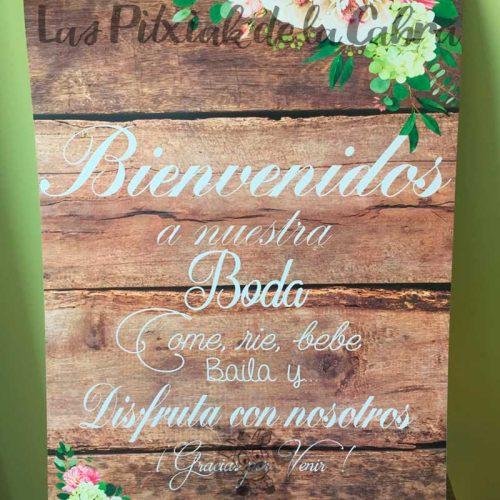 Cartel bienvenidos con diseño de flores y madera para bodas