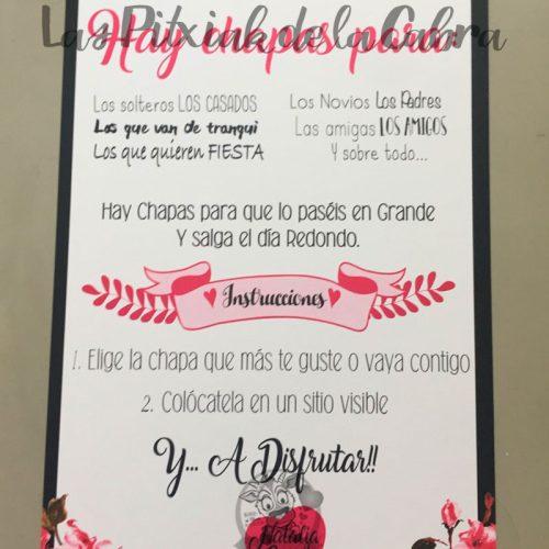 Cartel con los nombres de los novios y texto para chapas boda