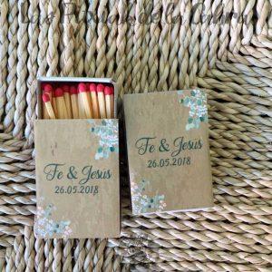 Cerillas para bodas con ramas y fondo marrón