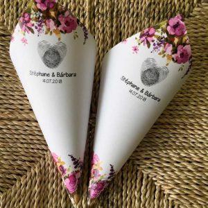 Conos para pétalos de boda con huellas y flores moradas