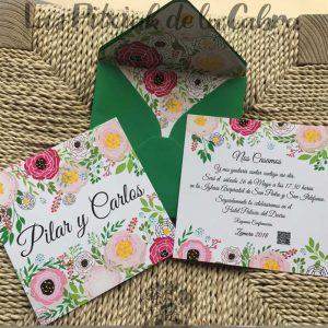 Invitación de boda con flores y sobre forrado