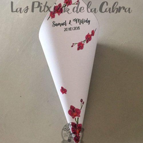 Conos para pétalos de boda con orquideas de color rosa fucsia
