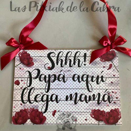 Cartel para anunciar la llegada de la novia lunares rojos