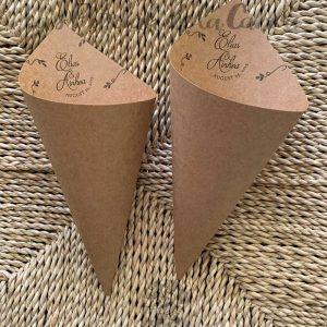 Conos para pétalos de boda invertidos en papel Kraft