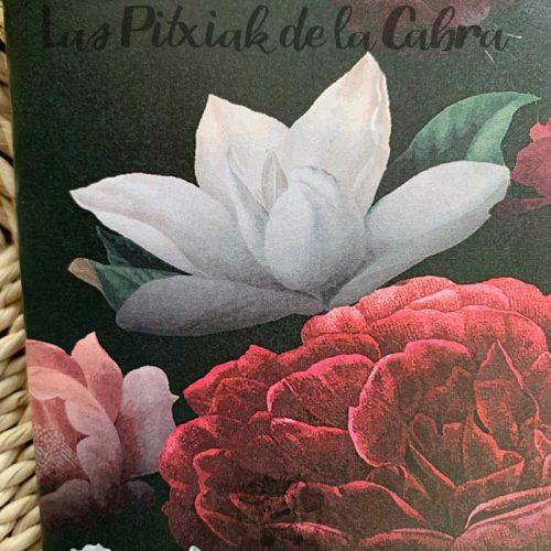 Detalle de invitación de flores oscuras