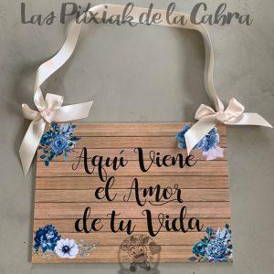 Cartel aquí viene el amor de tu vida flores azules