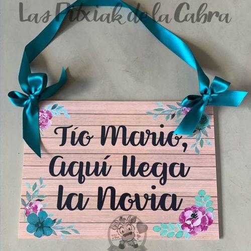 Cartel para anunciar la llegada de la novia con flores rosas y turquesa