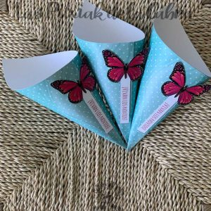 Conos para pétalos de boda con mariposas